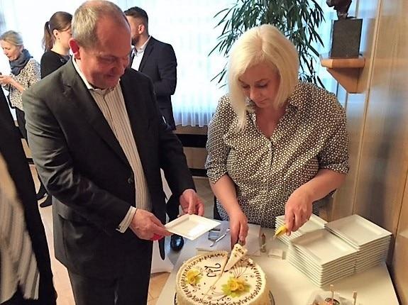 Katharina und Uwe Hitschfeld schneiden die Geburtstagstorte des Gewandhauses an