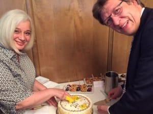 20jähriges Firmenjubiläum Büro Hitschfeld 2017: Gewandhausdirektor Prof. Schulz überreichte die Geburtstagstorte | Foto: Michael von Raison