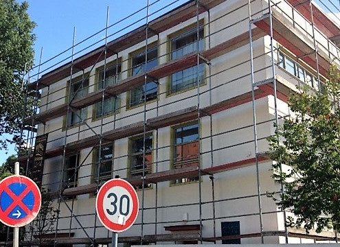 Das Büro Hitschfeld erscheint bald im neuen Gewand. Sanierungsarbeiten am Haus beginnen.