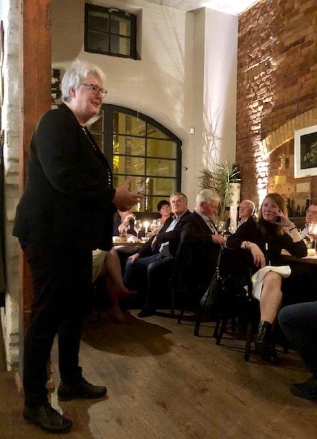 Benefizessen für Stiftung Hospiz Villa Auguste mit Büro Hitschfeld im Restaurant Münsters: Hospizleiterin Beatrix Lewe bedankt sich bei den Spendern