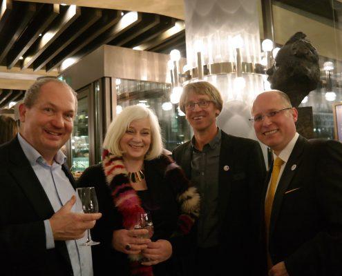 Katharina und Uwe Hitschfeld mit Markus Wulftange vom Verein Elternhilfe für krebskranke Kinder Leipzig e. V und Jan Klemm, Geschäftsführer der Advelio Vermögenstreuhand GmbH.