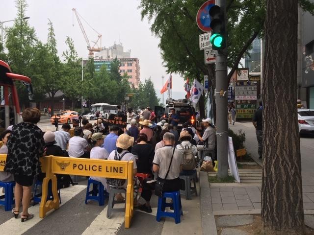 Es gibt viele Demonstrationen in Seoul. Die Zahl der Teilnehmer steht – oft – im umgekehrten Verhältnis zur Lautstärke, die von Ihnen ausgeht.
