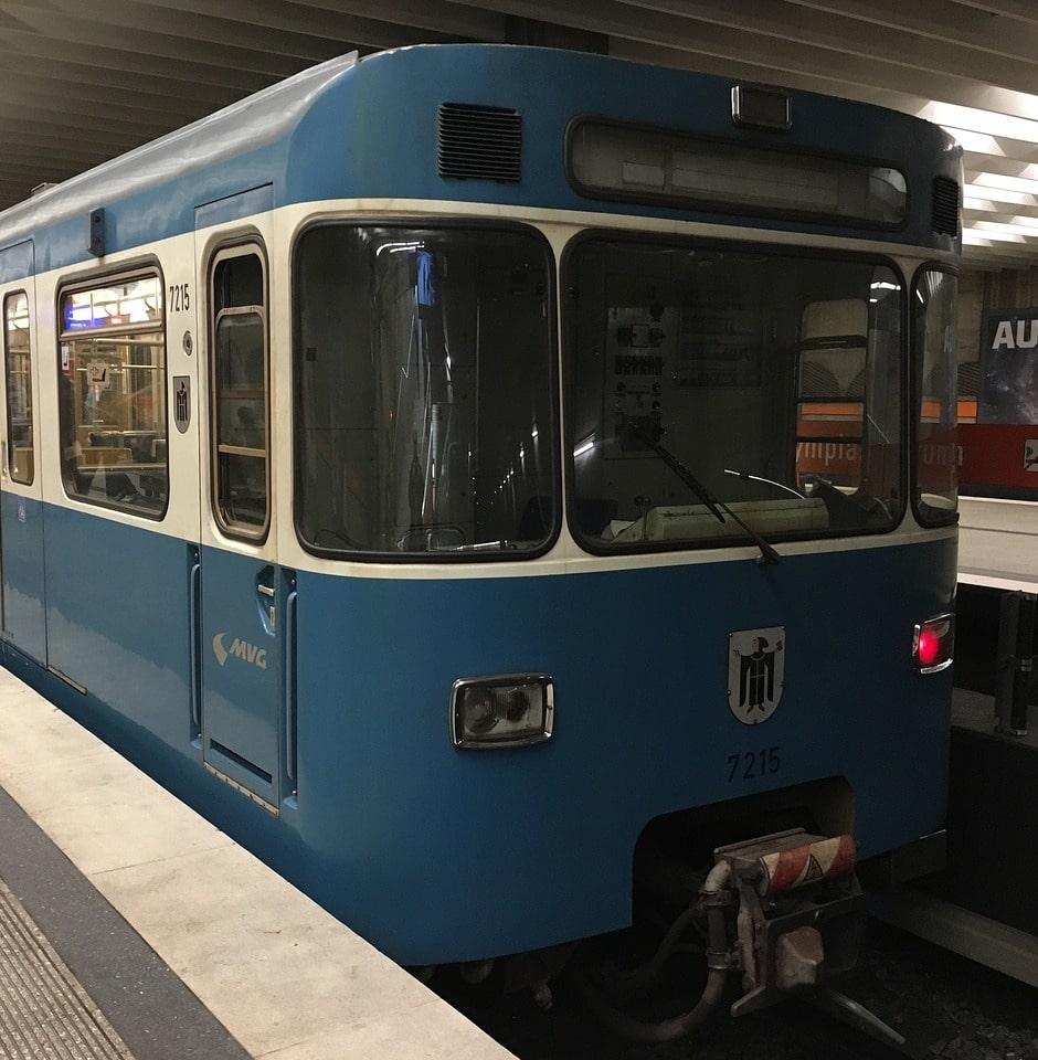 Blaue U-Bahn von vorne