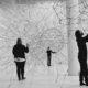 Kunstinstallation mit mehreren Menschen in einem weißen Raum mit visualisierten Strukturen
