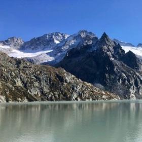 Bergkette in Graubünden, im Vordergrund ein See