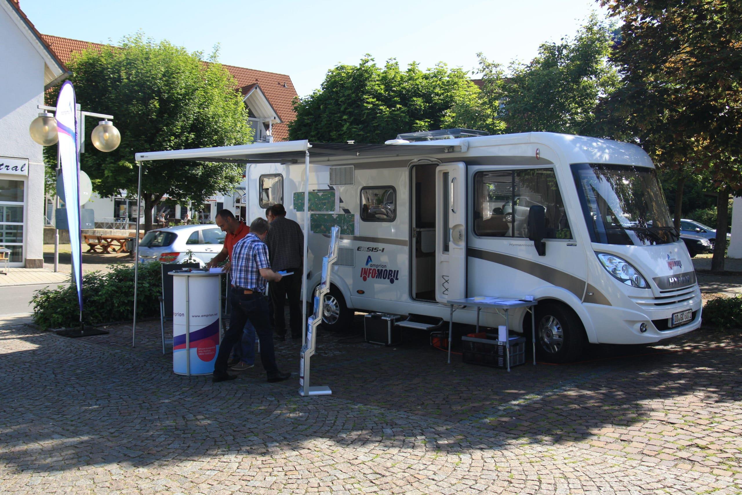 Wohnmobil mit der Aufschrift Amprion Infomobil mit Infostand