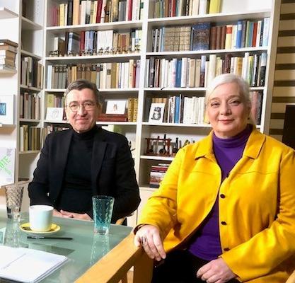 Foto mit Günther Bigalke, Thomas Dienberg und Katharina Hitschfeld, die an einem Tisch vor einem Bücherregal sitzen