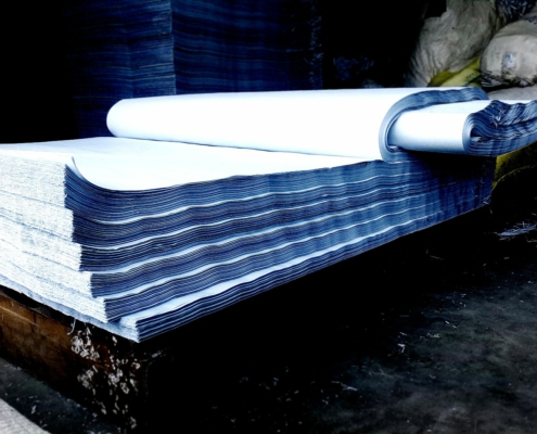 Stapel mit großen Papierbögen