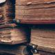 Nahaufnahme eines Stapels antiquarischer Bücher