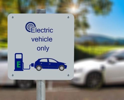 """Schild mit der Aufschrift """"Electric vehicle only"""""""