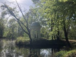 Weißer Pavillon an einem Waldteich