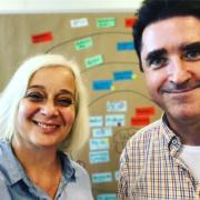 Katharina Hitschfeld und Bernhard Böhm, die den Workshop durchführen, stehen vor einer Moderationswand